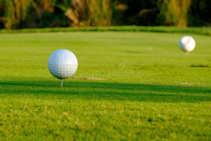 别针的发球区域在高尔夫球场泰国北部 免版税库存图片