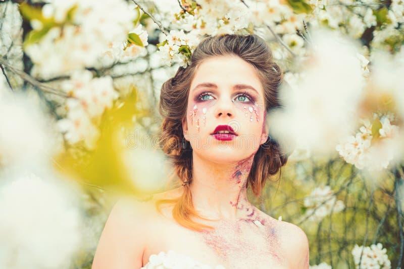 到处春天 自然美人和温泉疗法 春天 天气预报面孔和skincare 健康s妇女 库存照片