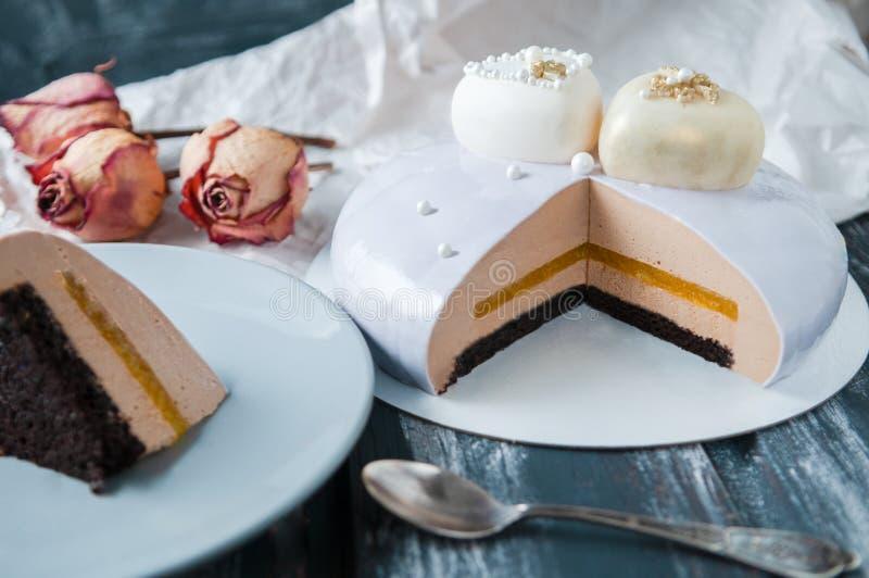 分裂用镜子釉盖的饼干蛋糕 在橙色蜜饯、咖啡和巴法力亚奶油甜点中 蛋糕是 图库摄影