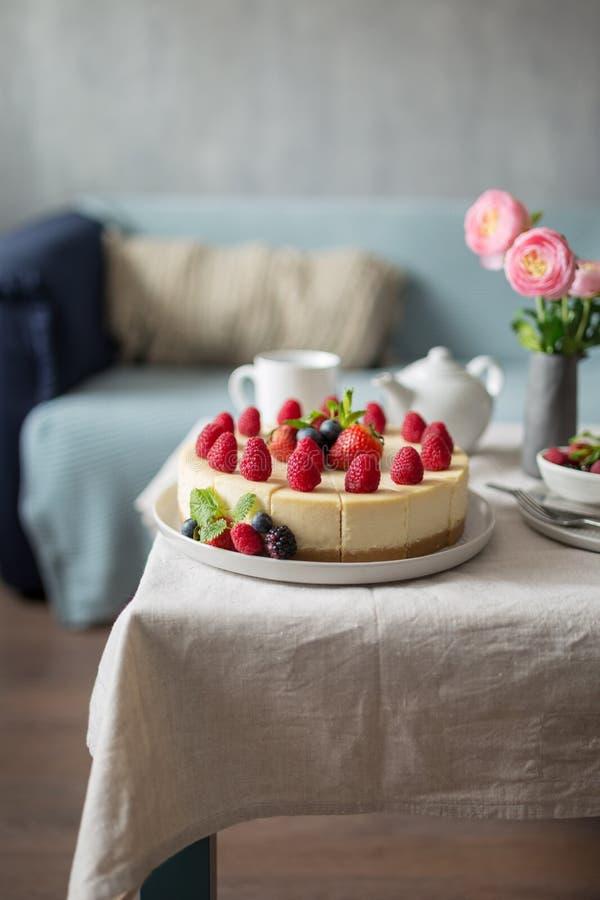 切了没有烘烤草莓乳酪蛋糕装饰用新鲜的莓果和薄菏 免版税库存图片