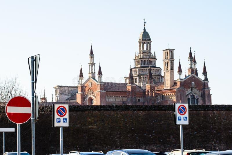 切尔托萨迪帕维亚看法从停车场的 免版税库存照片