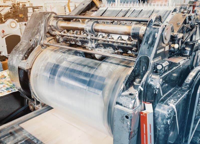 切开的纸板老葡萄酒打印机在印刷厂里 箱子,生产 库存照片