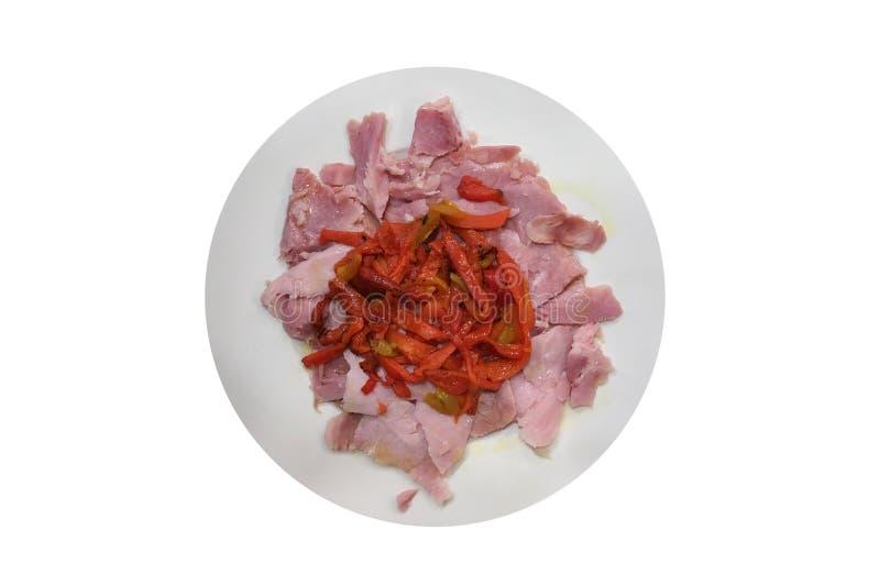 切片肉用在白色背景隔绝的板材的红辣椒 免版税库存照片