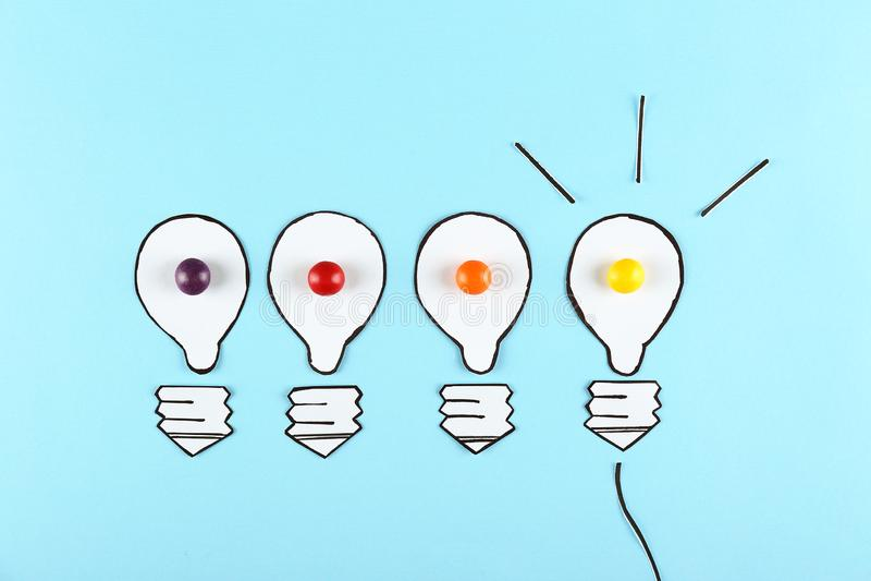 创造性流量概念 蓝纸背景 库存图片