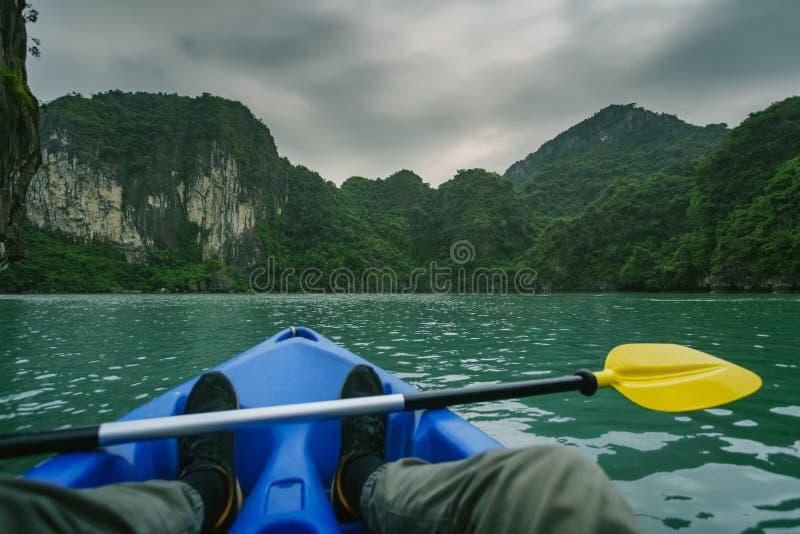 划皮船在下龙湾越南 免版税库存图片