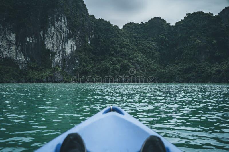 划皮船在下龙湾越南 免版税图库摄影