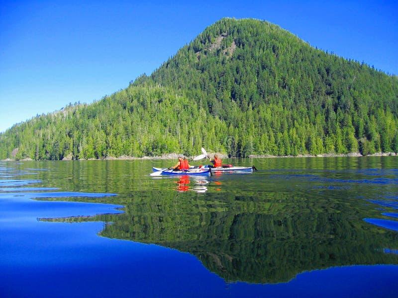 划皮船在镇静水域中在麦凯海岛,在托菲诺,不列颠哥伦比亚省北部的Clayoquot声音 免版税图库摄影