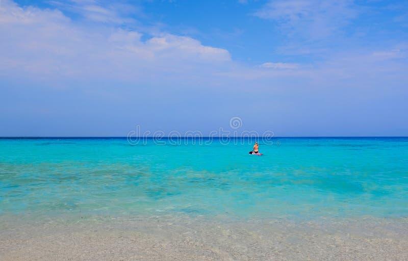 划皮船在Mediteranen海的女孩 库存照片