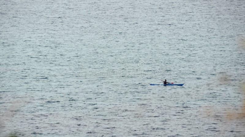 划艇的人在公海 库存图片