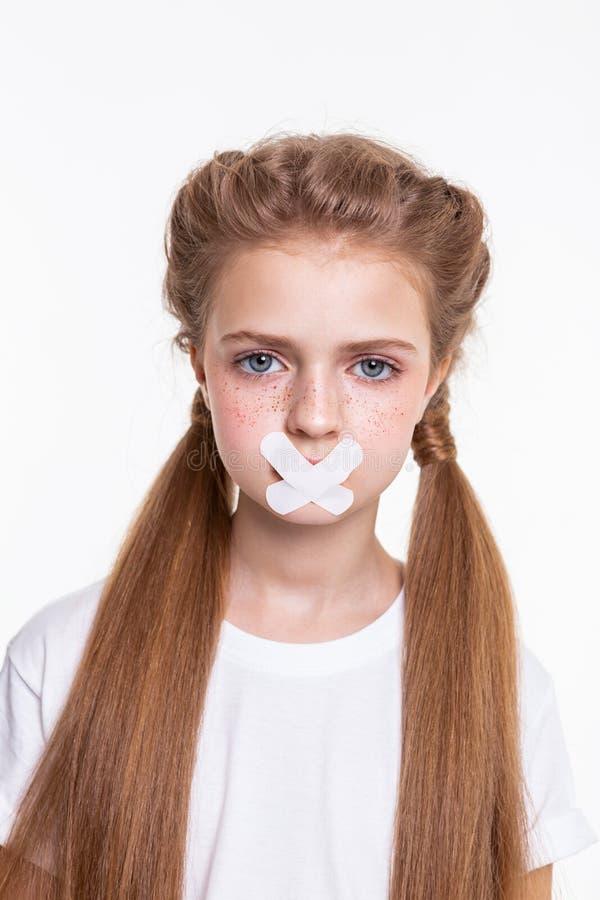 呼吁是的白色T恤的长发女孩哀伤的 库存照片