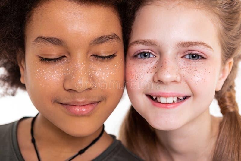呼吁连接面颊和显示的至善至美的孩子他们的面孔 图库摄影