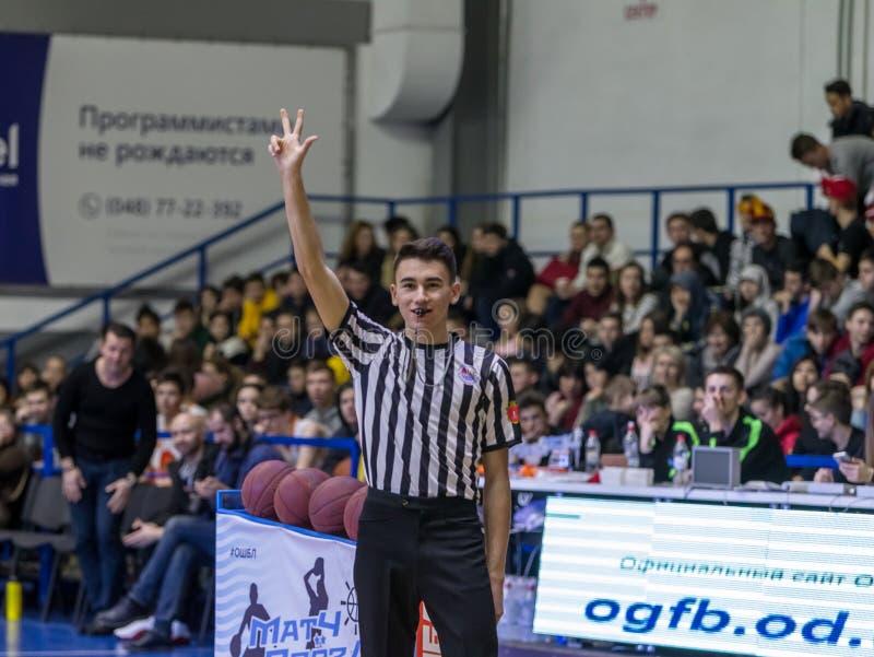傲德萨,乌克兰- 2019年2月16日:在a期间,体育篮球裁判员监督篮球运动员争斗法院的 免版税库存照片