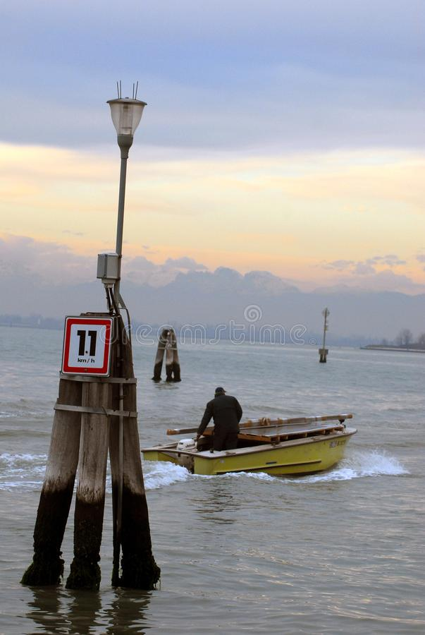 Łódź na lagunie Wenecja, Włochy obrazy royalty free