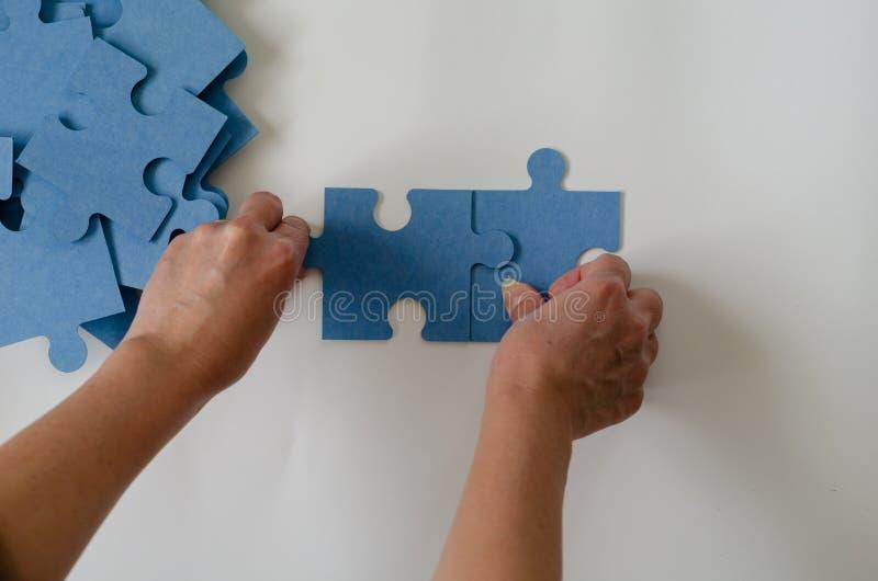 Łączenie kawałki łamigłówka zdjęcie stock