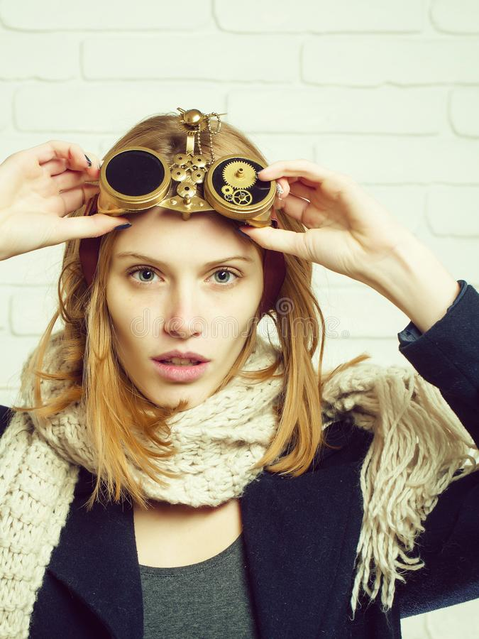 Ładna dziewczyna z zegarek przekładniami obrazy royalty free
