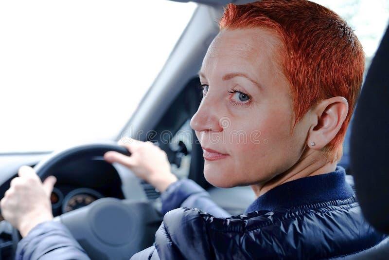 Ładna dziewczyna za kołem samochód Pomyślny bizneswoman podróżuje wokoło miasta fotografia royalty free