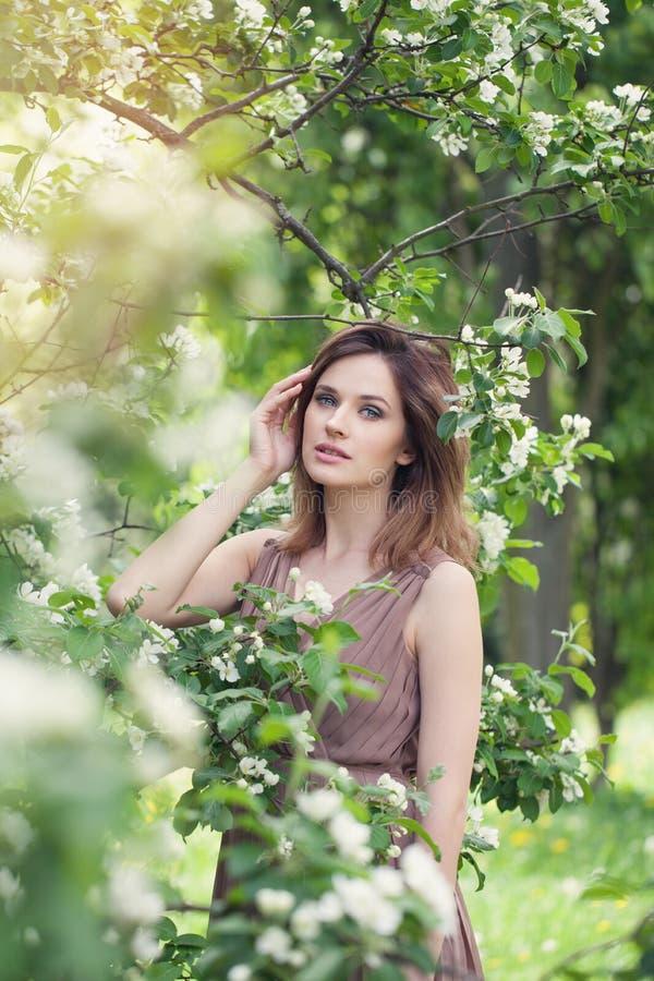 Ładna kobieta w wiośnie Piękna dziewczyna na kwiecistym natury tle, styl życia portret fotografia stock