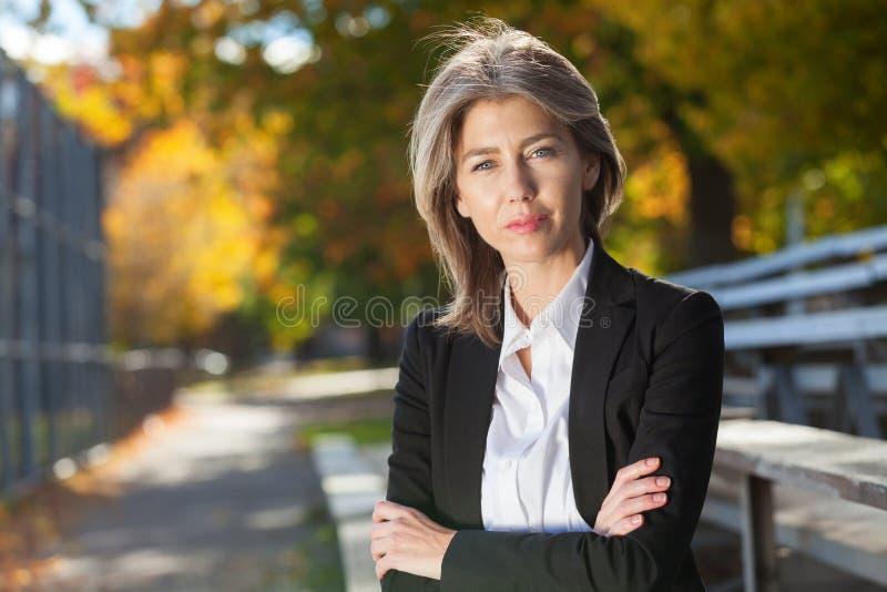 Ładna zmartwiona kobieta przy parkiem Poważna W Średnim Wieku kobieta obraz royalty free