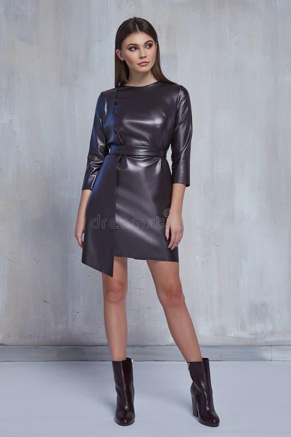 ładnego mody kobiety odzieży czerni lather sukni przypadkowego trendu kolekcji katalogu brunetki włosy przyjęcia stylu modela odz obrazy royalty free