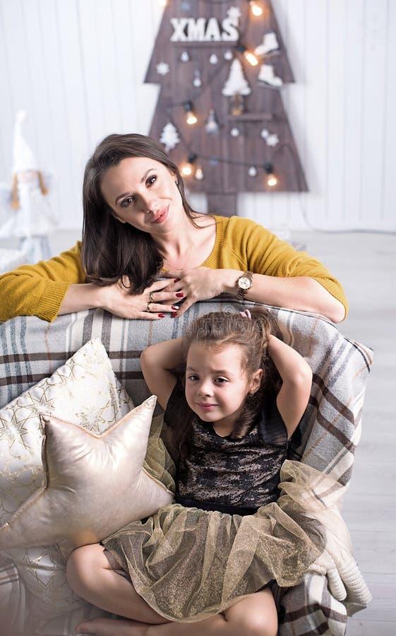 Ładny macierzysty pozować z córką zdjęcie royalty free