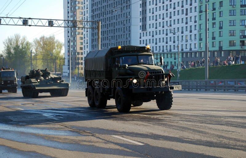 Ładunek na wojskowym iść pojazd Urals-4320 samochód iść na Narodnogo Opolcheniya ulicie obraz royalty free