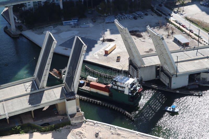Ładunku statek wchodzić do Miami rzekę w W centrum Miami Rozwiedziony most Przejście ładunku statek pod mostem Brać od zdjęcia royalty free