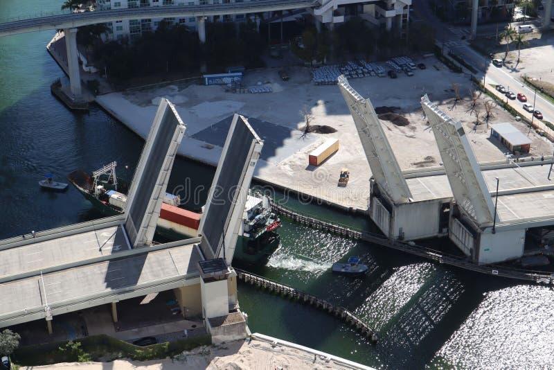Ładunku statek wchodzić do Miami rzekę w W centrum Miami Rozwiedziony most Przejście ładunku statek pod mostem Brać od fotografia stock