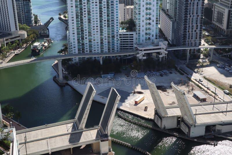 Ładunku statek wchodzić do Miami rzekę w W centrum Miami Rozwiedziony most Przejście ładunku statek pod mostem Brać od obrazy royalty free