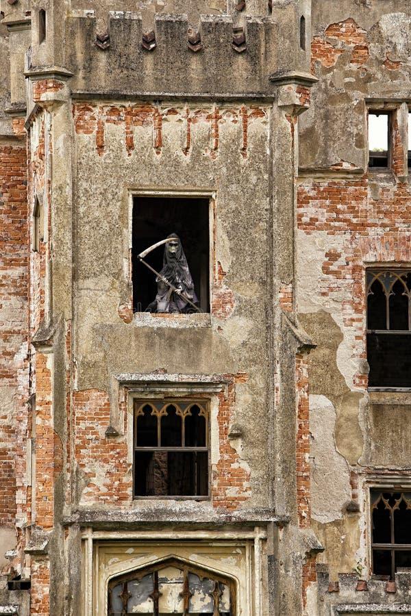 Łamana fasada stary kasztel z statuą śmierć zdjęcia royalty free