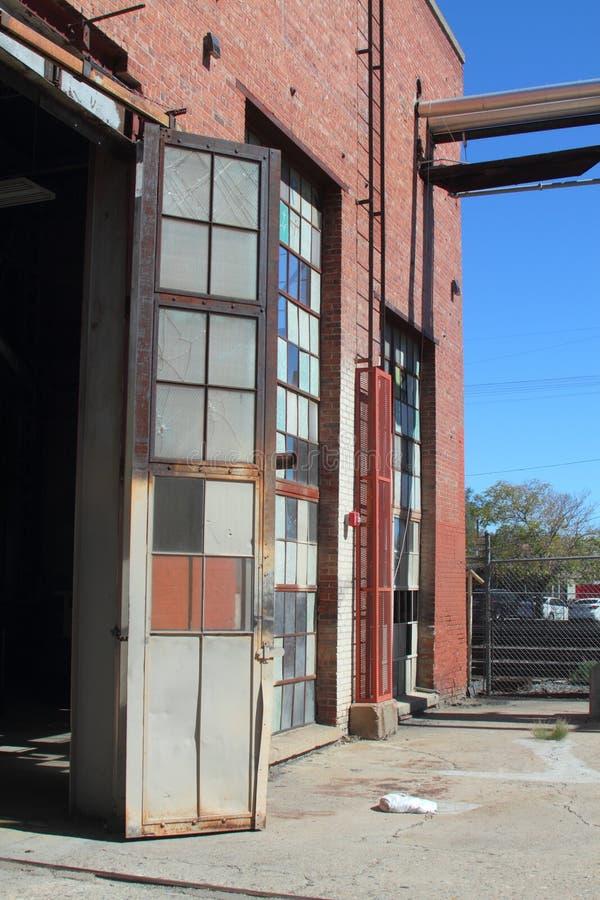 Łamani i krakingowi przemysłowi okno w metal ramach obraz royalty free