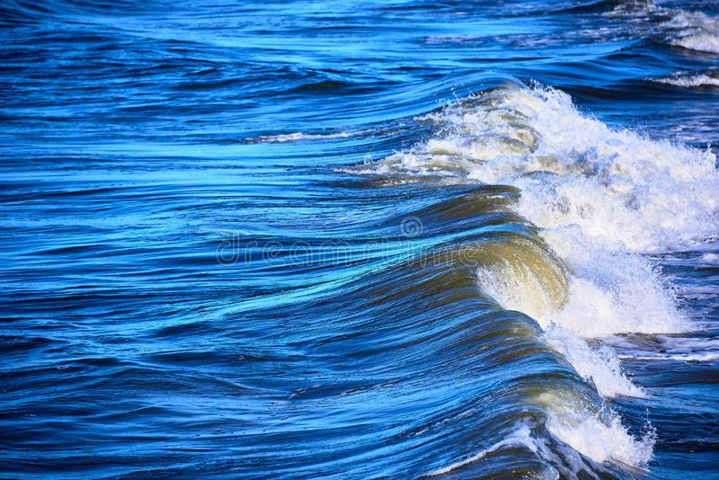 Łamanie fala w burzowym błękitnym morzu zdjęcia royalty free