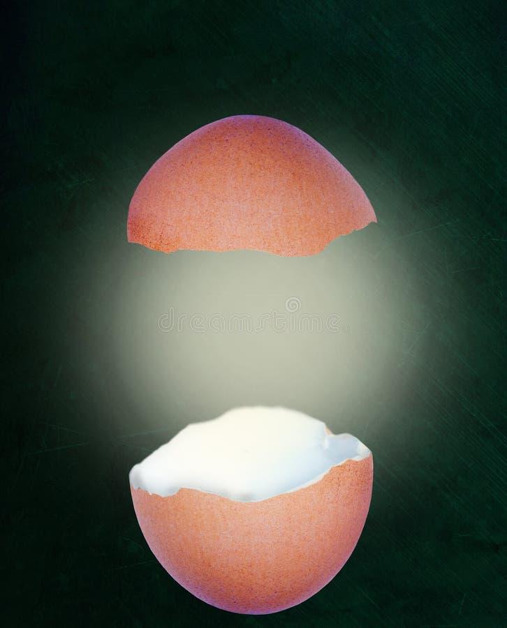 Łamany Eggshell Z łuną na Chalkboard tle i kopii przestrzeni ilustracji