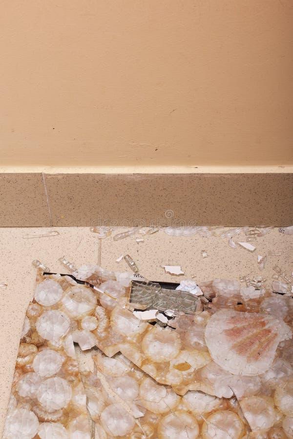 łazienka łamać skala Wzmacniający szkło rozdrobnił w kawałki od ciosu fotografia royalty free