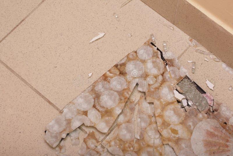 łazienka łamać skala Wzmacniający szkło rozdrobnił w kawałki od ciosu zdjęcia stock