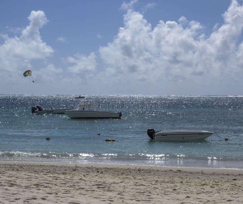Łodzie czeka na plaża przodzie dla kania surfingowów zdjęcie royalty free