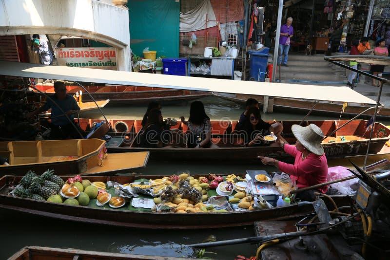 Łodzie w kanałowych sprzedawanie owoc, foods zdjęcie stock