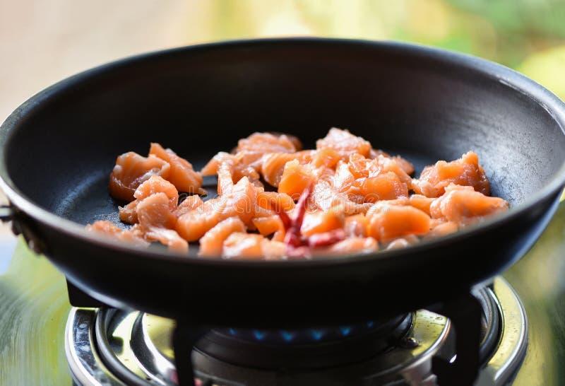 łosoś gotujący piec na grillu w niecce obraz stock