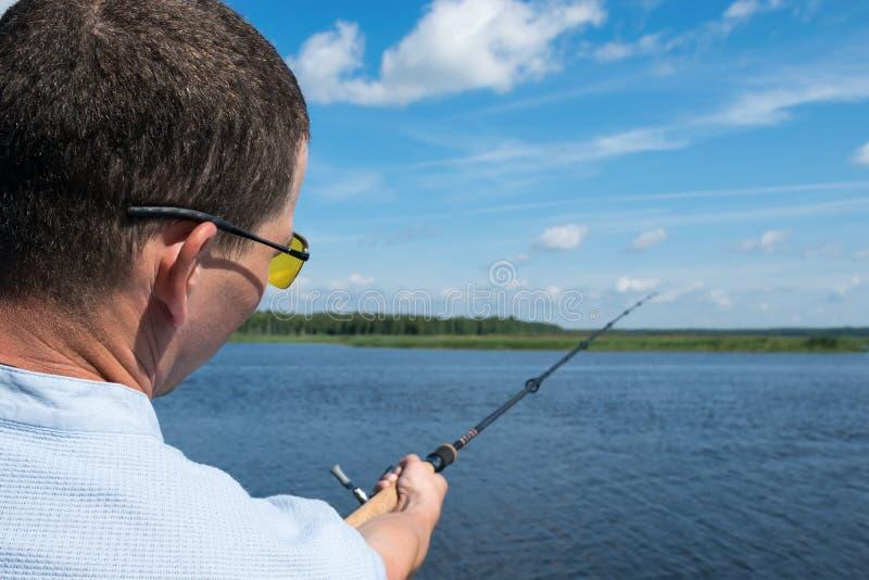 Łowiący na rzece w dobrej pogodzie z powrotem przegląda, w górę obrazy stock