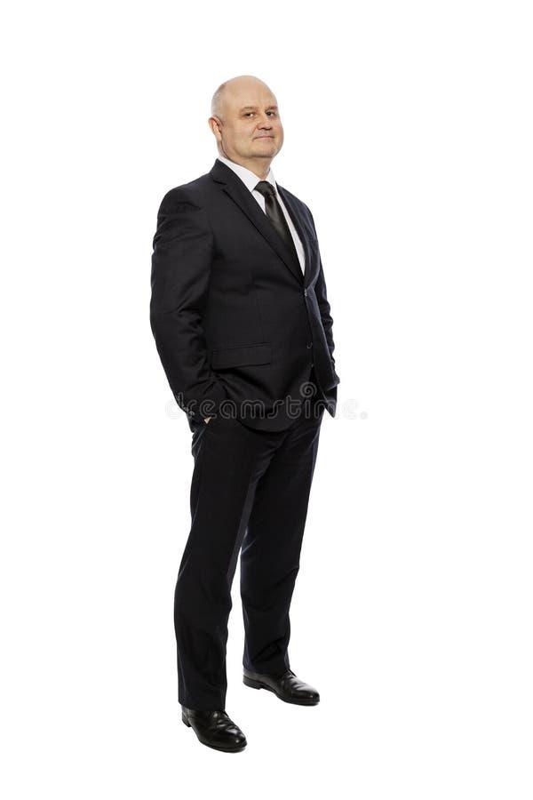 Łysy w średnim wieku mężczyzna w kostiumu odosobnionym na białym tle, długi, fotografia royalty free