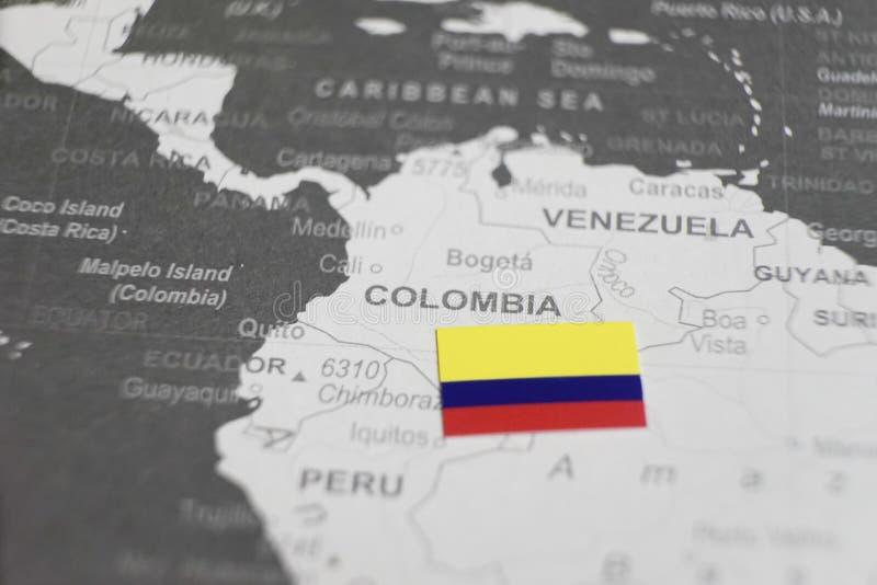 哥伦比亚的旗子在世界地图哥伦比亚地图安置了  库存照片