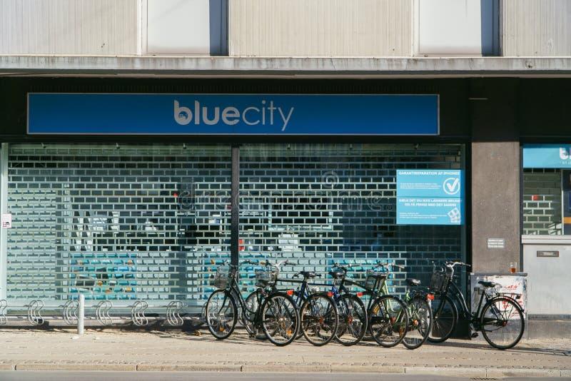 哥本哈根,丹麦2018年5月6日:在城市街道停放的几辆自行车,都市背景上 库存图片