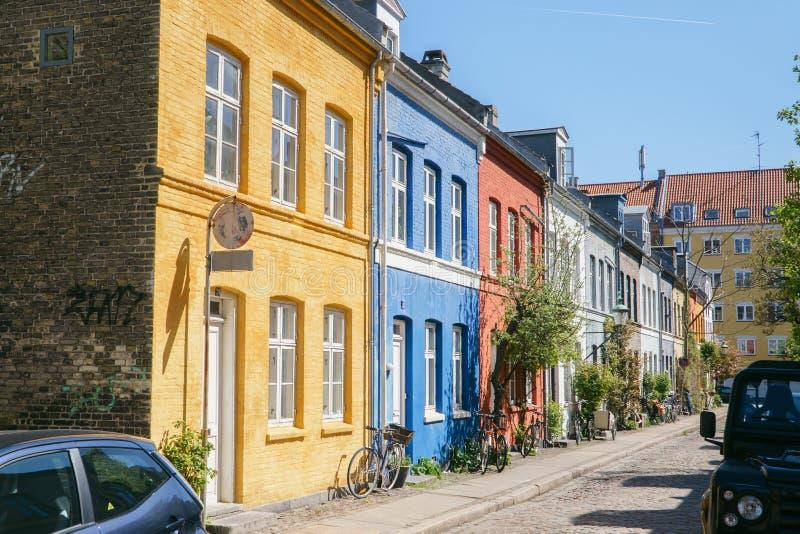 哥本哈根,丹麦2018年5月6日:有trditional五颜六色的房子的Copenghagen街道 图库摄影