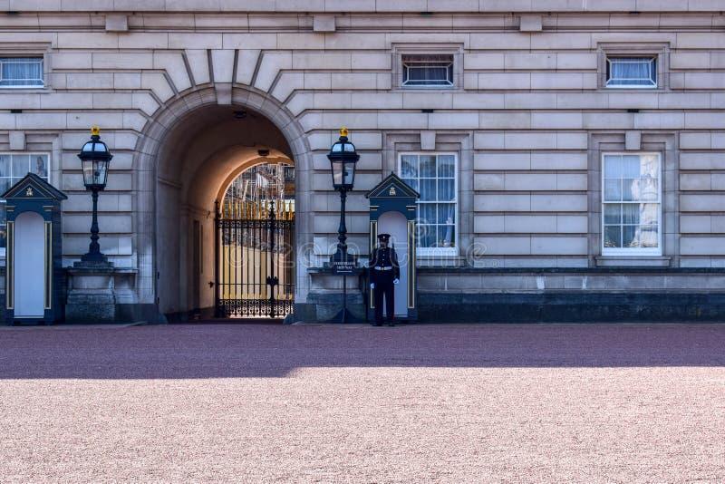 哨兵卫兵当班在白金汉宫在伦敦,英国 库存图片