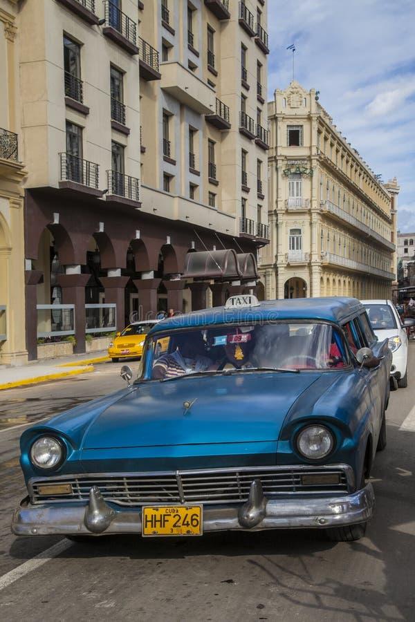 哈瓦那,古巴- 2013年1月24日:哈瓦那街道有非常老美国汽车的 免版税库存图片
