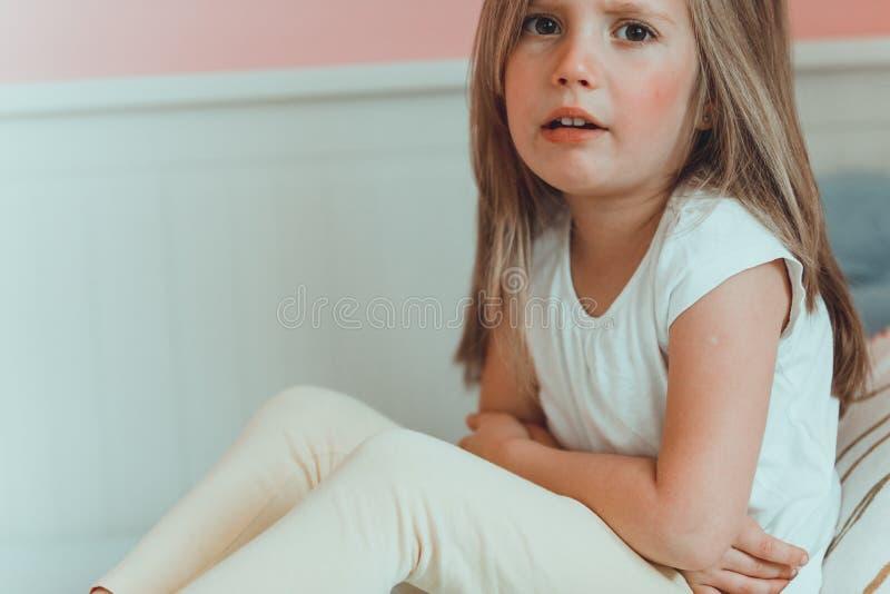 儿童女孩以非常的疼痛 免版税库存图片