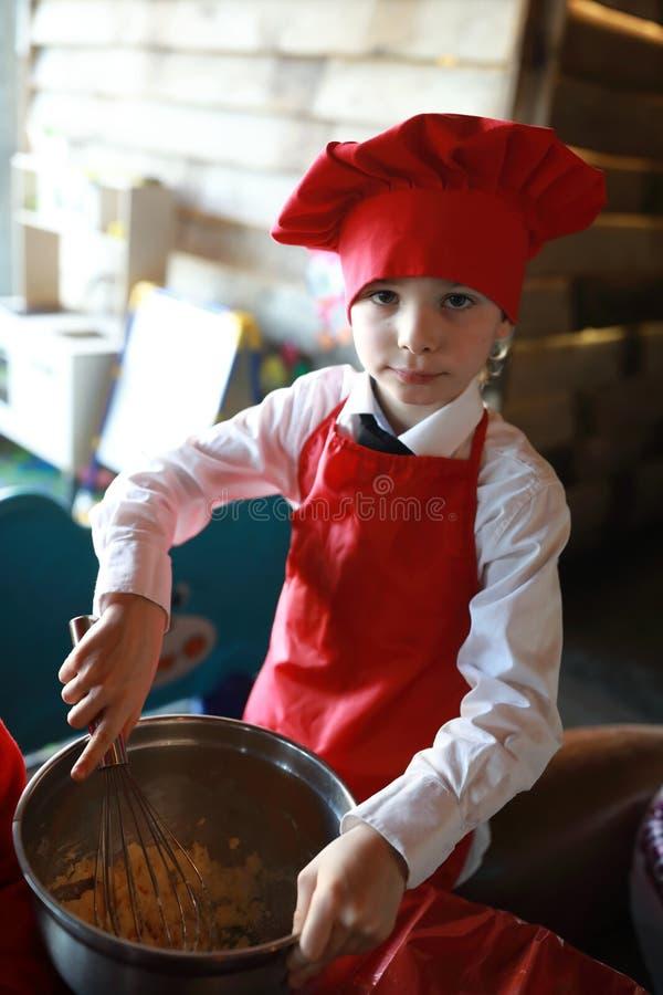 儿童厨师干涉面团 库存照片