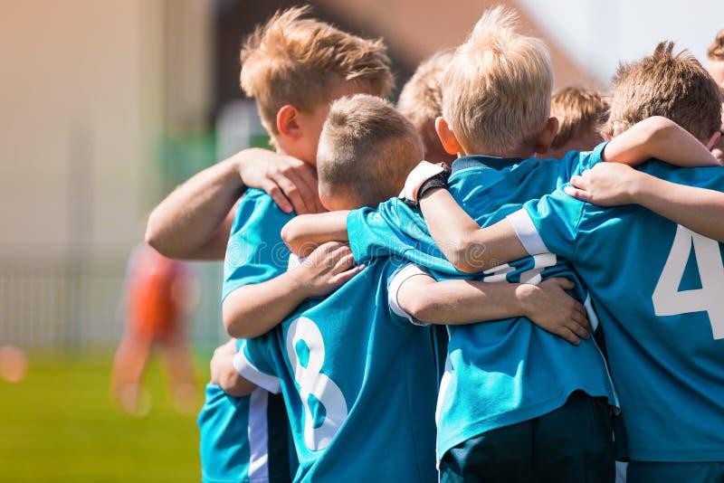 儿童团体性运动 孩子打体育比赛 库存照片