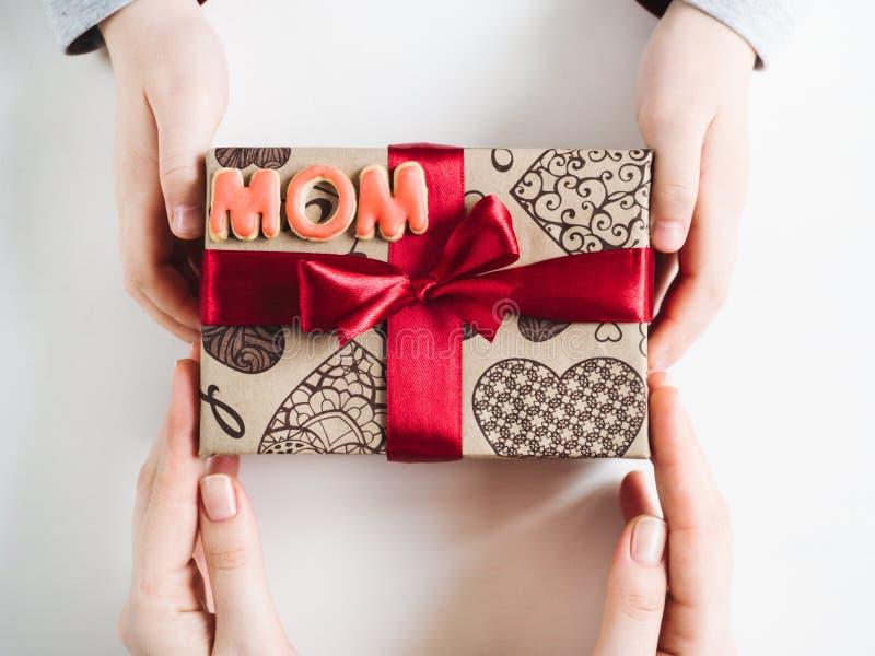 儿童的手,有礼物的美丽的箱子 免版税库存图片