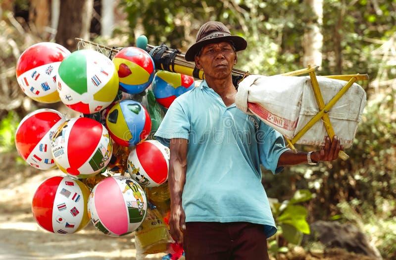 儿童的玩具气球的卖主在Ngebel村庄贩卖他的商品 免版税库存图片