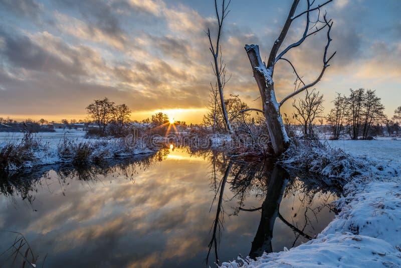 冬天场面:在河的日出 免版税库存照片